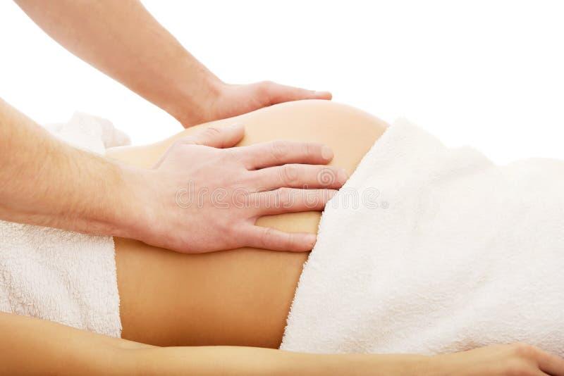 Schwangere Frau, die eine entspannende Massage hat lizenzfreie stockfotografie