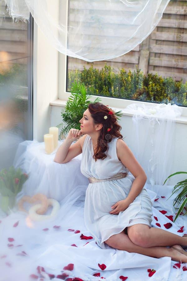 Schwangere Frau, die an ihr Baby denkt stockfoto