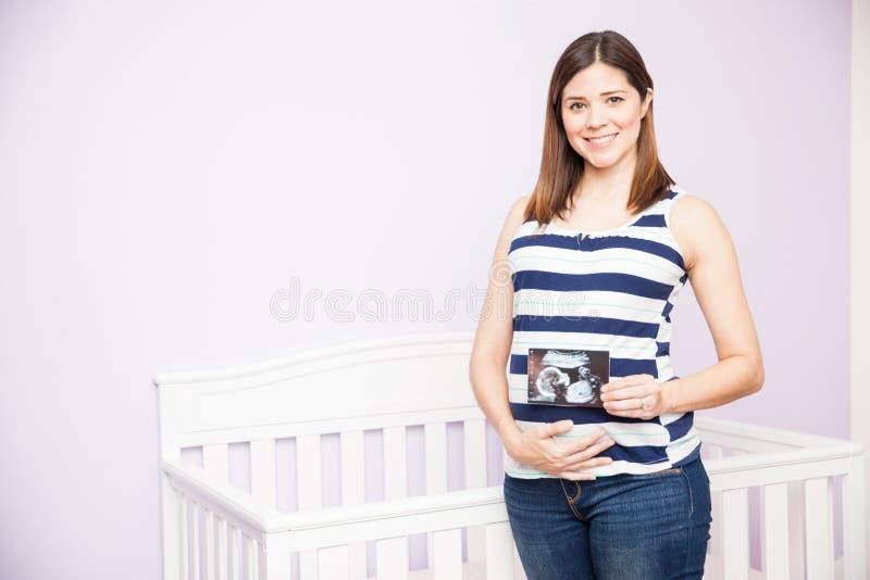 Schwangere Frau, die ihren Ultraschall liebt stockbild