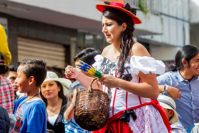 Schwangere Frau, die Karneval auf den Straßen feiert stockfoto