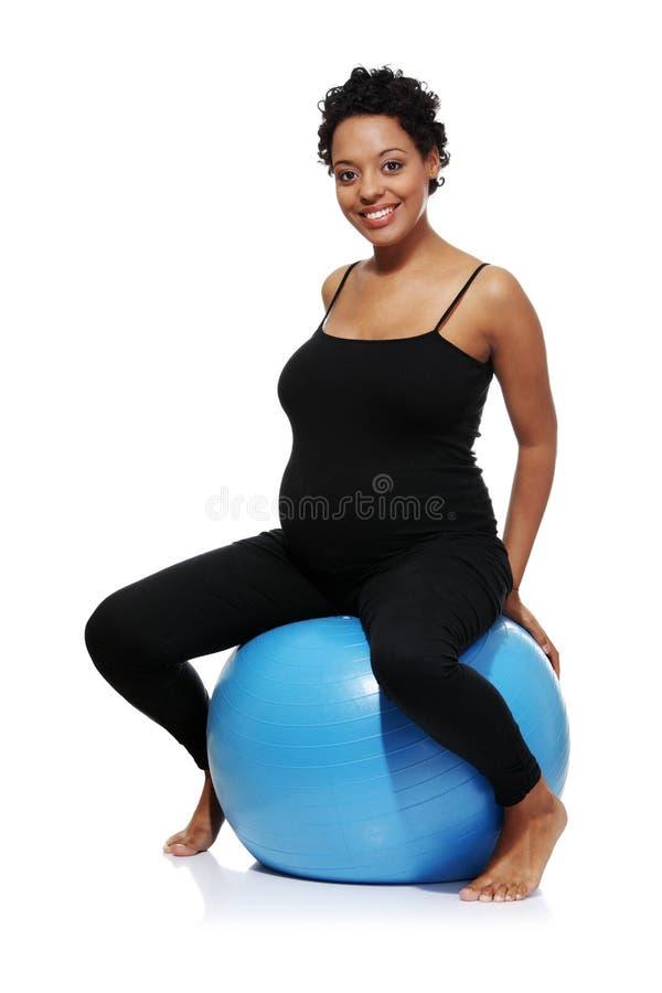 Schwangere Frau excercises mit gymnastischer Kugel lizenzfreies stockfoto