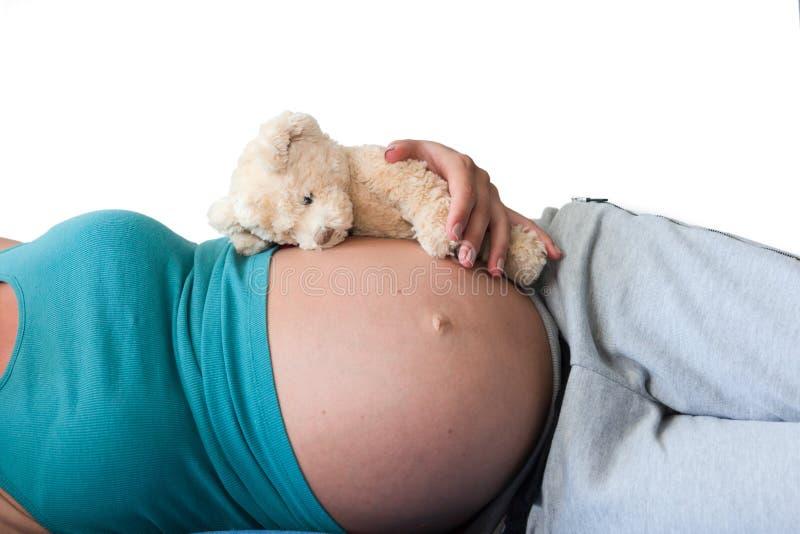 Schwangere Frau mit dem schönen Bauch lokalisiert auf weißem Hintergrund stockfoto