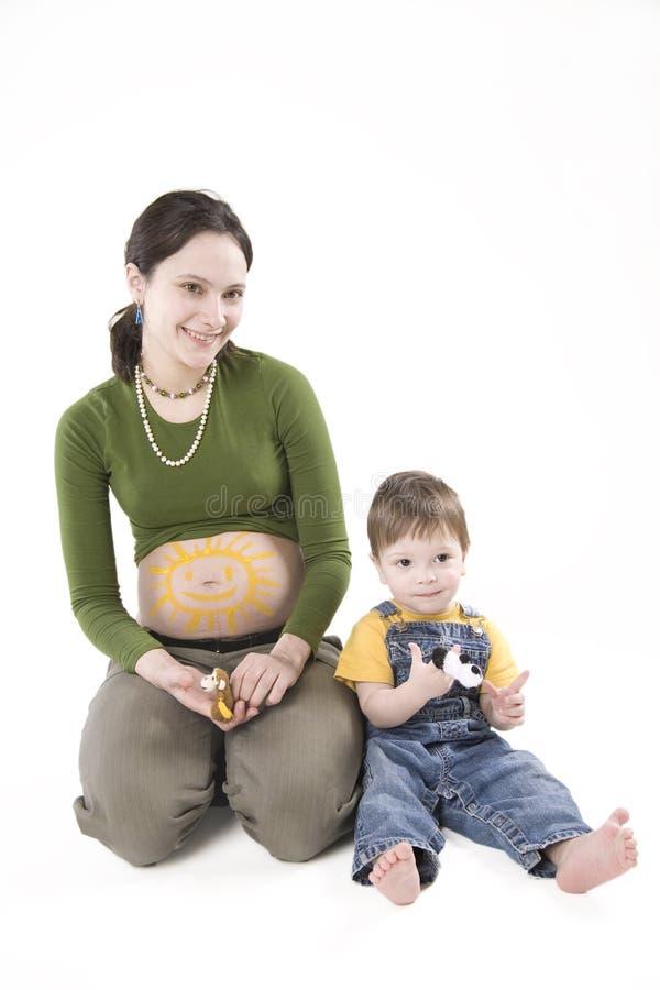 Schwangere Frau mit ihrem Sohn stockbild