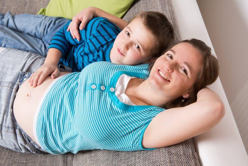 Schwangere Frau mit ihrem Sohn lizenzfreies stockbild