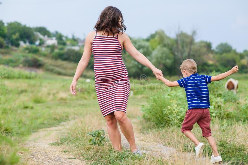Schwangere Frau mit ihrem Sohn lizenzfreie stockbilder