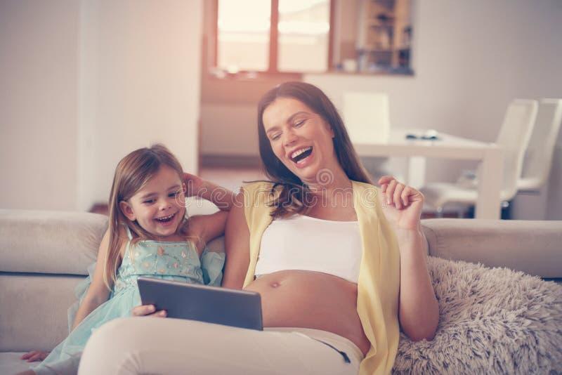 Schwangere Frau mit ihrer Tochter stockbilder