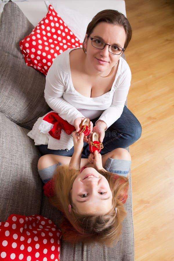 Schwangere Frau mit ihrer Tochter stockfotos