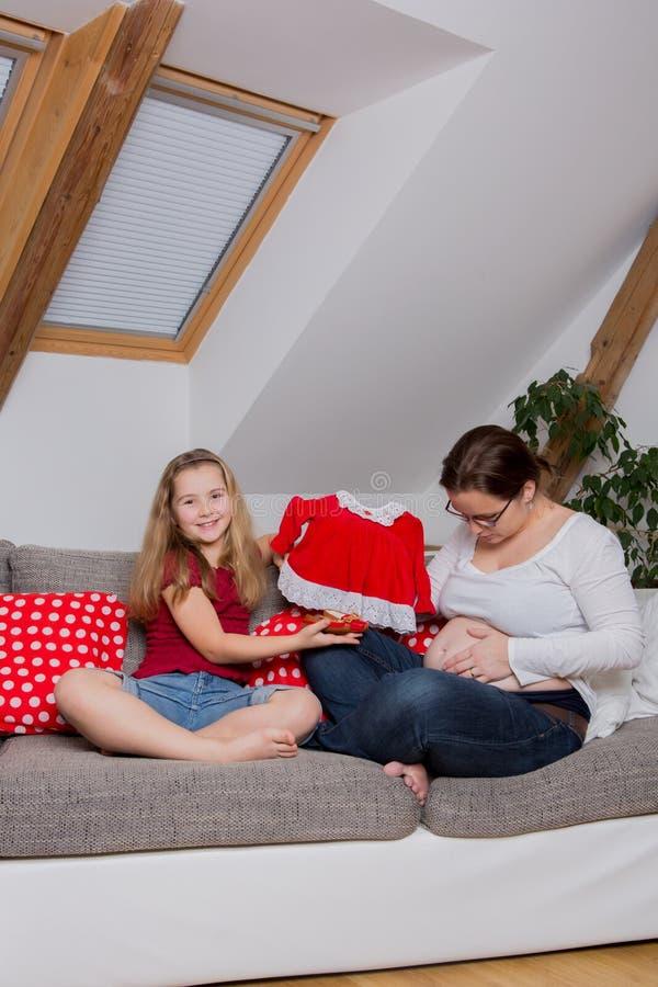 Schwangere Frau mit ihrer Tochter lizenzfreie stockbilder