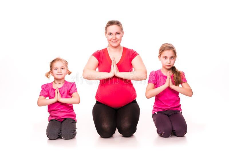 Schwangere Frau mit Kinderdem trainieren stockbild