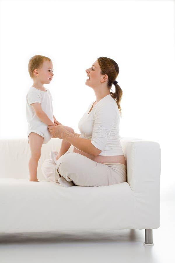 Schwangere Frau mit Kleinkind lizenzfreie stockfotos