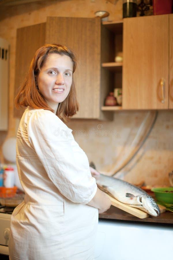 Download Schwangere Frau Mit Lachsen Stockbild - Bild von aktiv, heimarbeit: 26369335