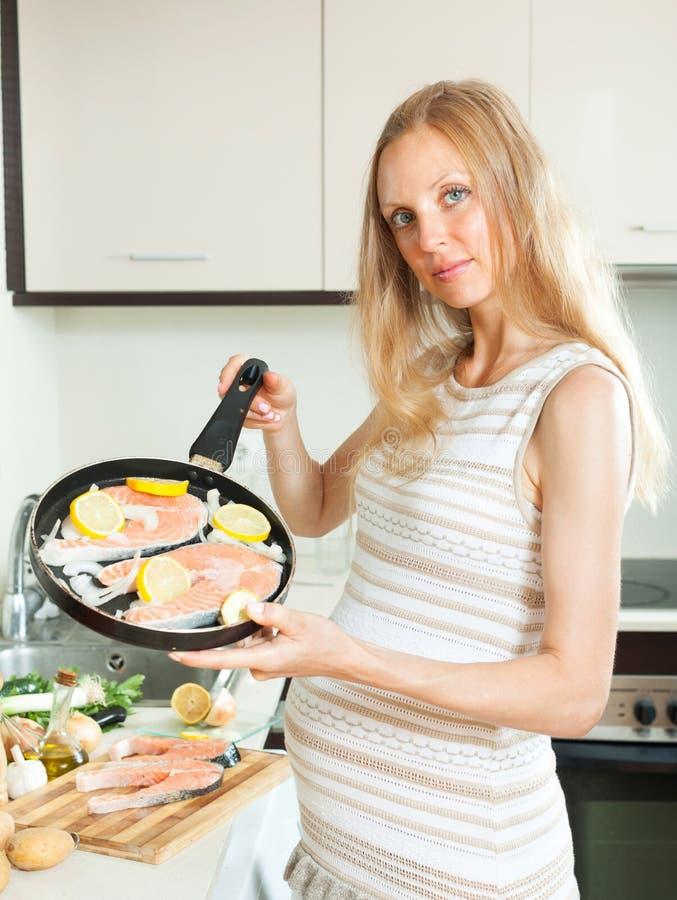 Schwangere Frau mit Lachsen stockfotografie