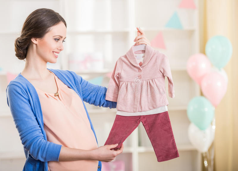 Schwangere Frau neugeborene Karte für Jungen lizenzfreie stockbilder