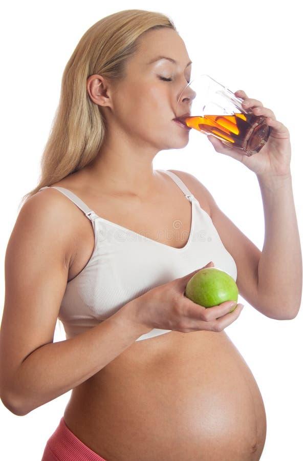 Schwangere Frau und gesunde Nahrung stockbilder