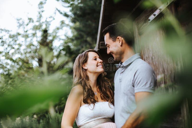 Schwangere Frau Und Ihr Ehemann, Die Bestimmte Frohe