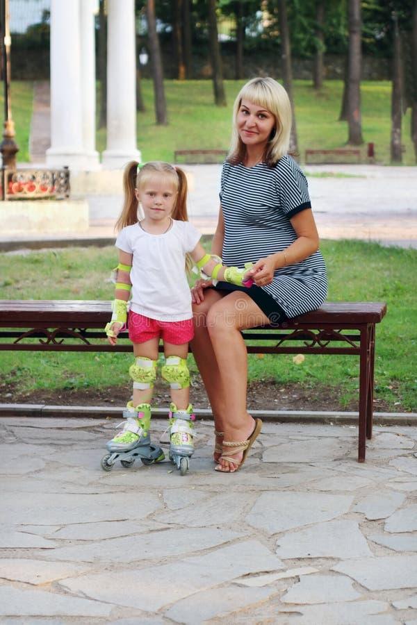 Schwangere Frau und kleines Mädchen lizenzfreies stockfoto