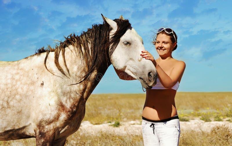 Schwangere Frau und Pferd stockfotos