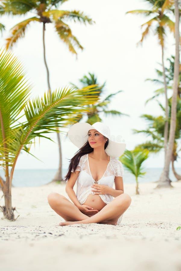 Schwangere Frau und Reise Rest in den exotischen Ländern Meer, Strand, Palmen lizenzfreie stockfotos