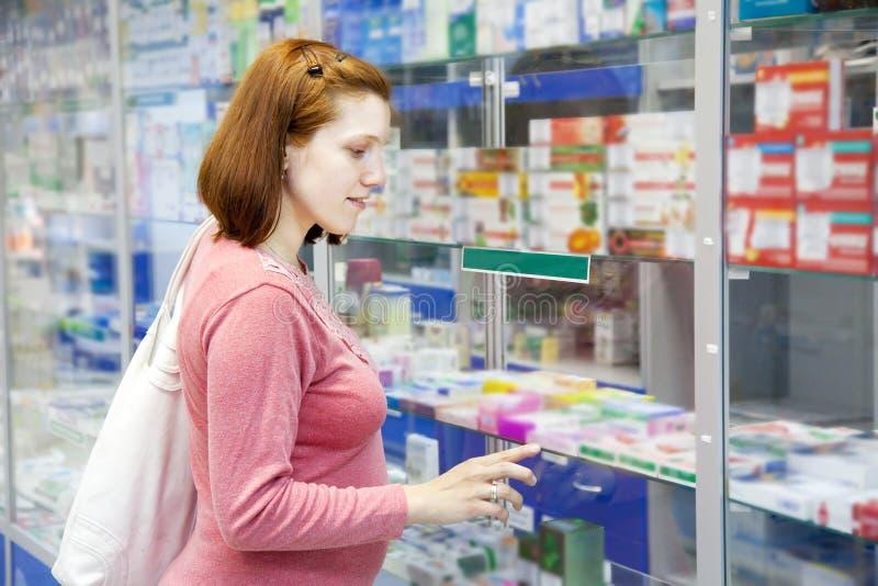 Schwangere Frau wählt Drogen stockbild