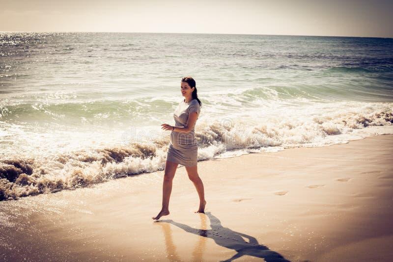 Schwangere Frauen auf einem Strand wohl stockbilder
