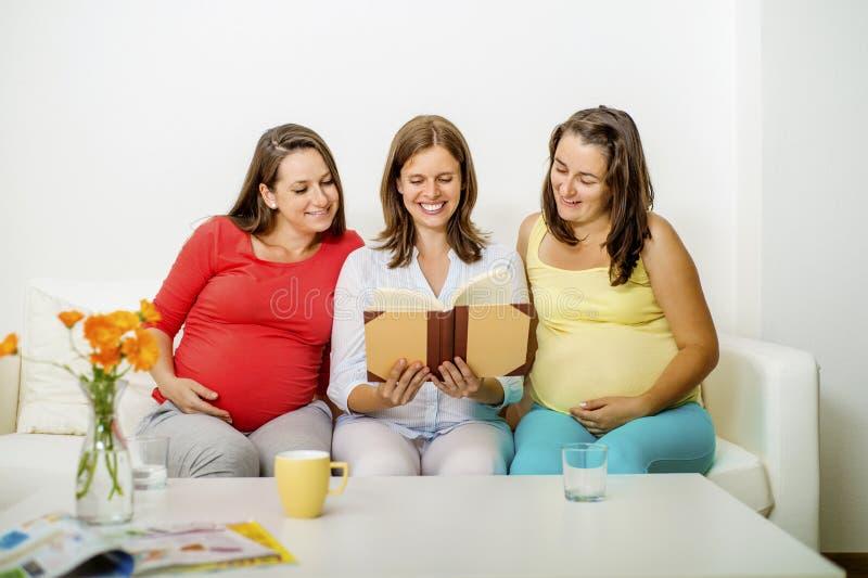 Schwangere Frauen auf Sofa stockfoto