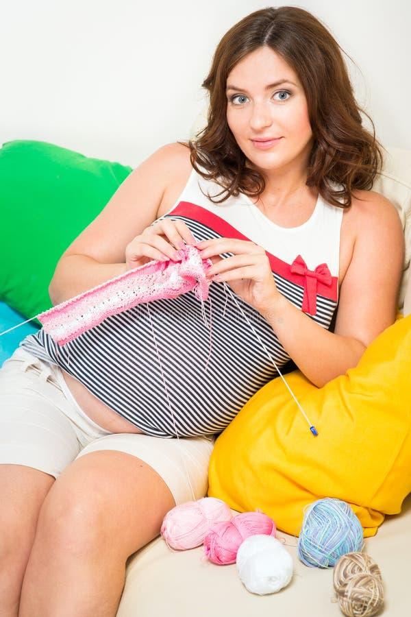 Schwangere Frauen-Stricken lizenzfreies stockbild