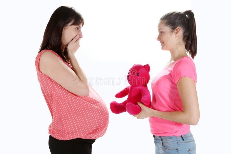 Schwangere Frauen und Teddybär stockfotos