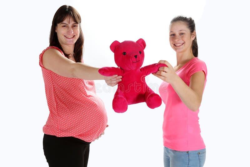 Schwangere Frauen und Teddybär lizenzfreies stockbild
