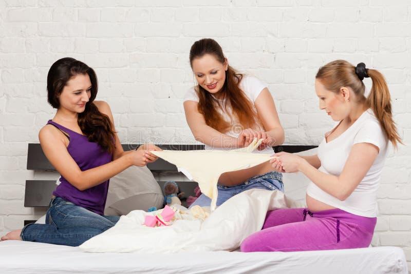 Schwangere Freundin drei stockbild. Bild von kleidung