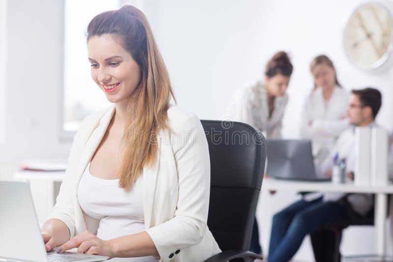 Schwangere Geschäftsfrau bei der Arbeit stockfoto