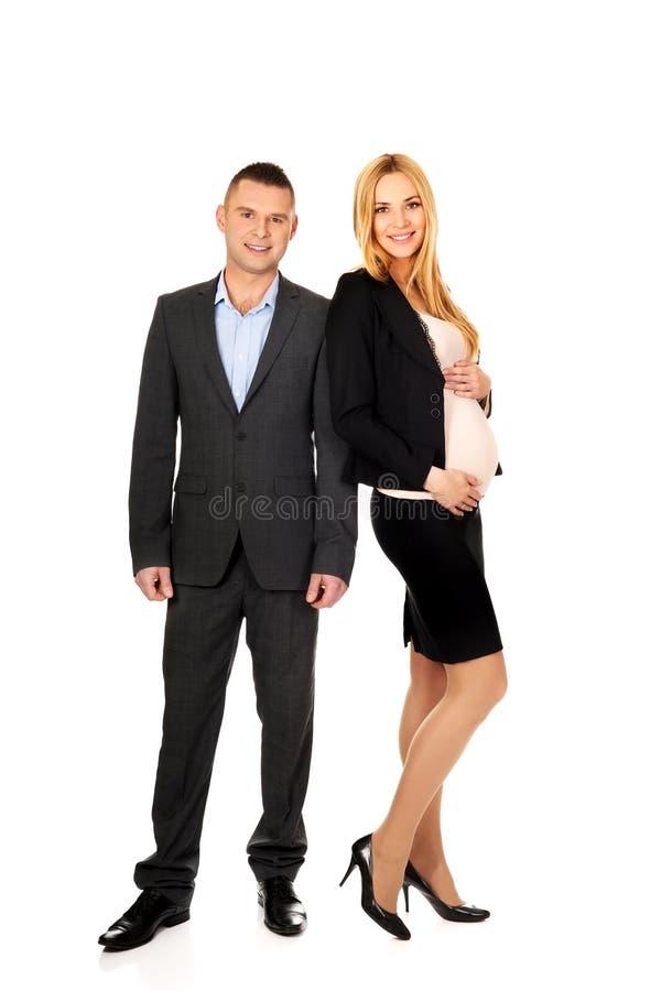 Schwangere Geschäftsfrau mit ihrem Partner stockbilder