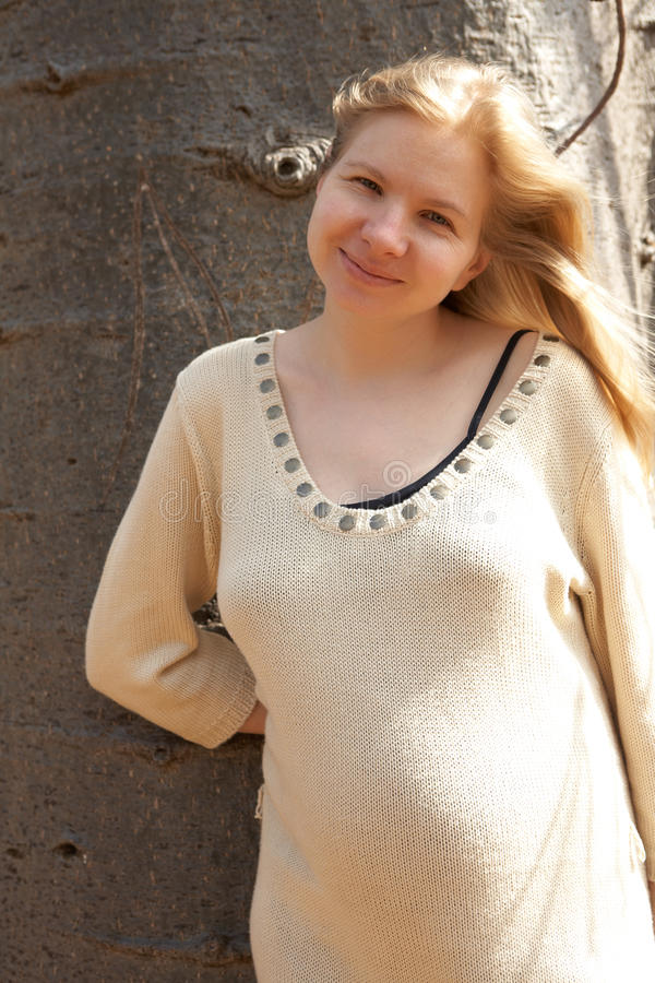 Schwangere junge Frau lizenzfreies stockfoto