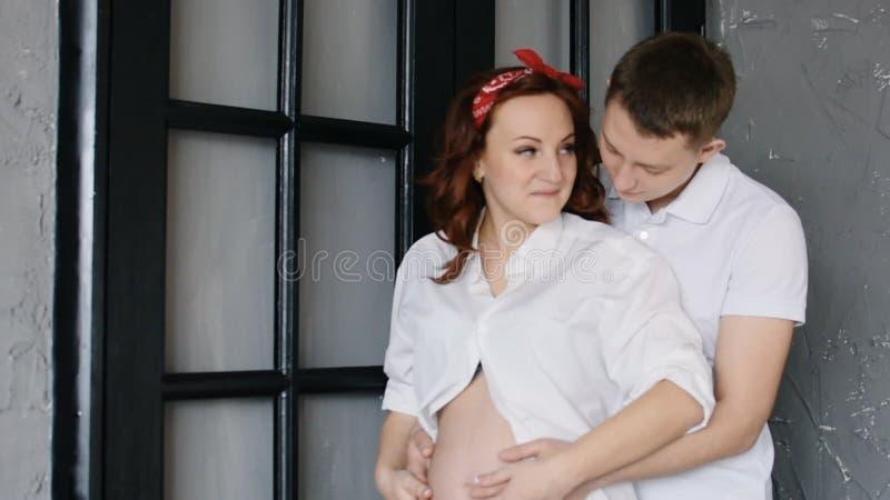 Sucht jungen mann frau Reiche Frau