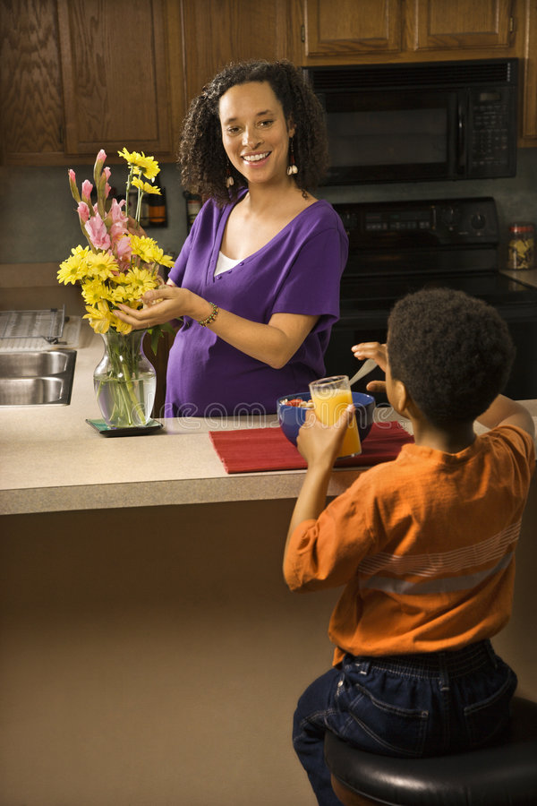 Schwangere Mamma mit Sohn. lizenzfreies stockfoto