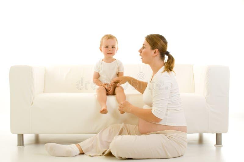 Schwangere Mutter mit Kleinkind lizenzfreie stockfotografie