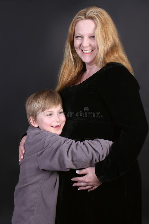 Schwangere Mutter und Sohn stockbilder