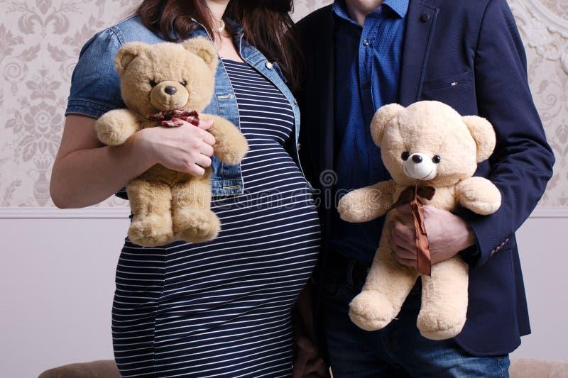 Schwangerer Frau- und Ehemanngriff trägt in den Händen lizenzfreies stockfoto