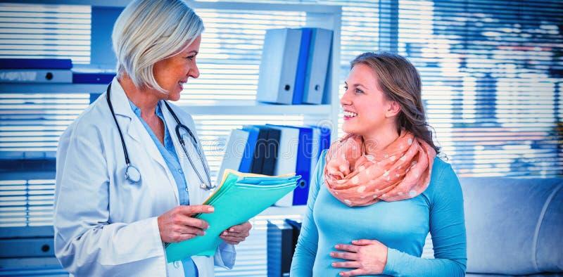 Schwangerer Patient, der einen Doktor konsultiert lizenzfreies stockbild