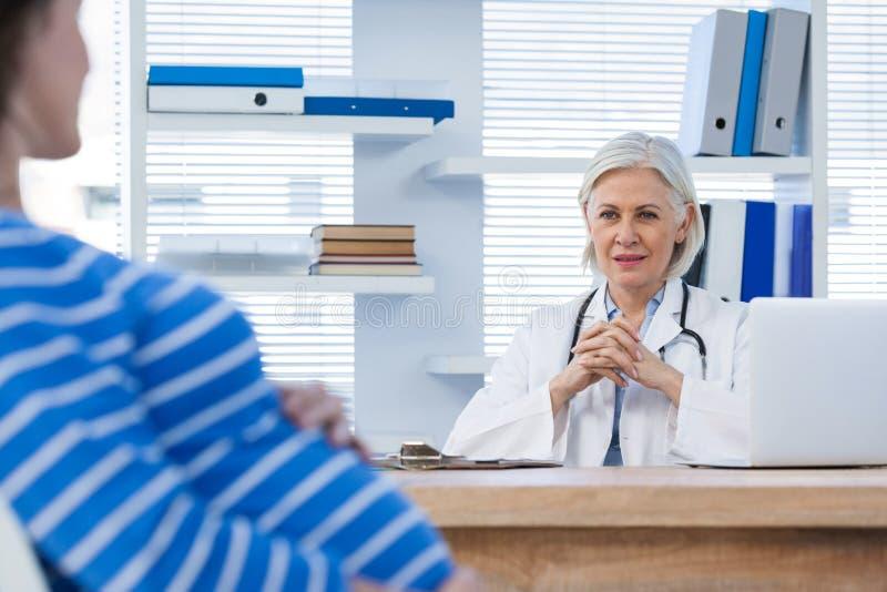 Schwangerer Patient, der einen Doktor konsultiert stockfotografie