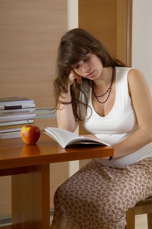 Schwangeres Lesebuch stockbild