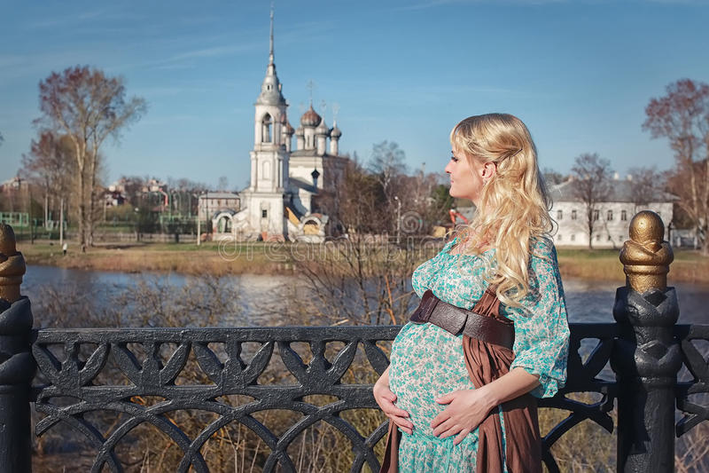 Schwangeres Mädchen, das um den Stadtpark im Vorfrühling geht lizenzfreie stockfotografie