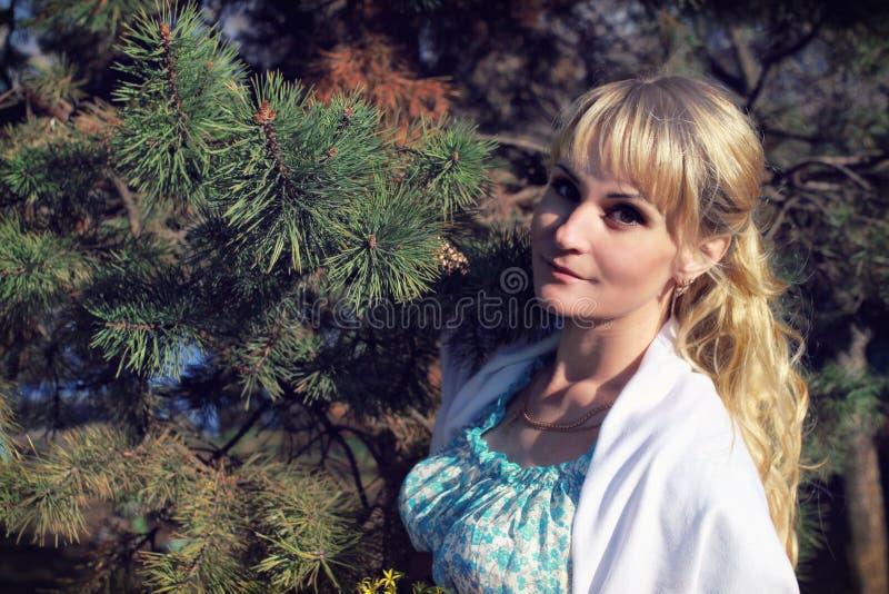 Schwangeres Mädchen geht um den Stadtpark im Frühjahr stockfotografie