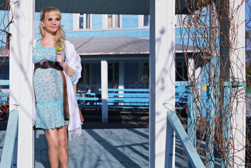 Schwangeres Mädchen geht um den Stadtpark im Frühjahr lizenzfreie stockbilder