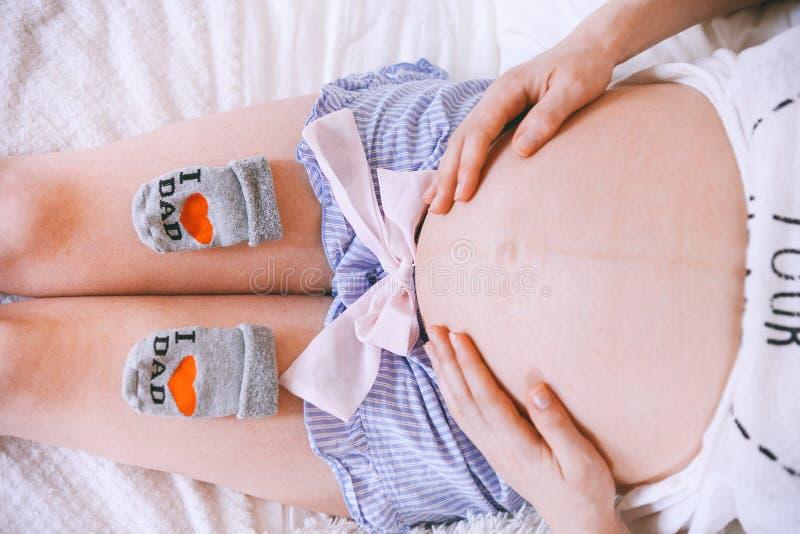Schwangeres mothercare Lebensstilkonzept, blondes Bob-Frisurfrauengesundheitswesen Innenraum des weißen Lichtes stockfotografie