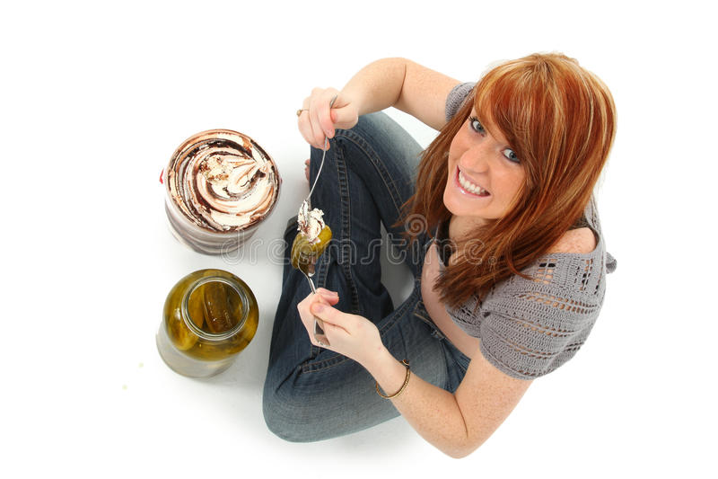 Schwangerschaft-Essiggurken und Eiscreme lizenzfreies stockbild