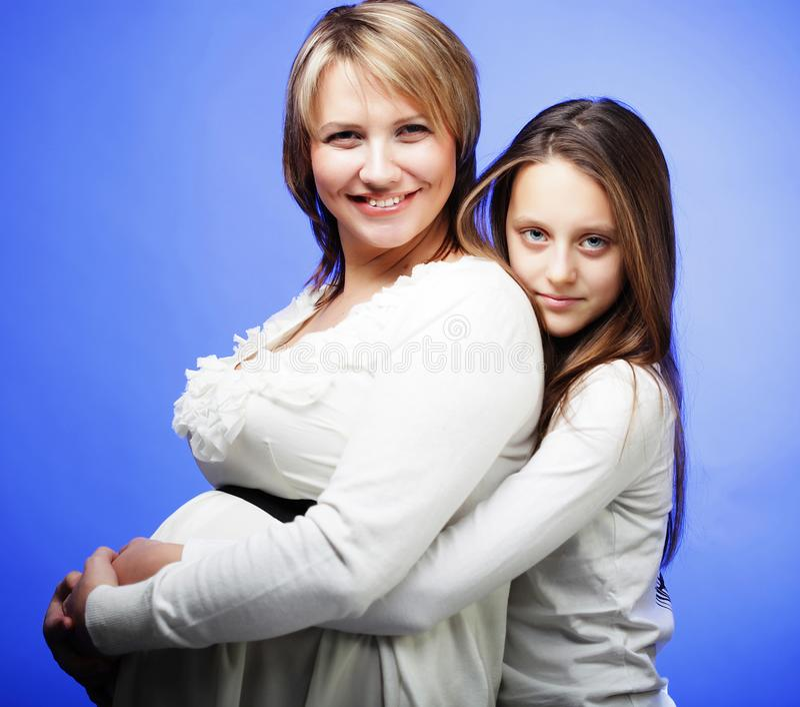Schwangerschaft, Mutterschaft, Leute und Erwartungskonzept - glückliche PR lizenzfreies stockbild