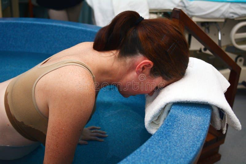 Schwangerschaft - Rohwassergeburt der schwangeren Frau stockfoto