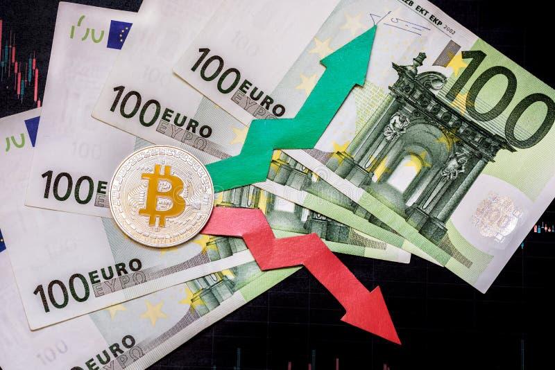 Schwankungen und Voraussage von Wechselkursen des virtuellen Geldes Rote und gr?ne Pfeile mit goldener Bitcoin-Leiter auf grauem  lizenzfreie stockfotos
