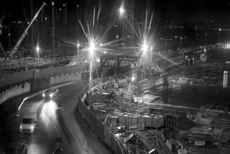Schwarz-Weiß-Bild der Baustelle mit hellem Licht stockbild