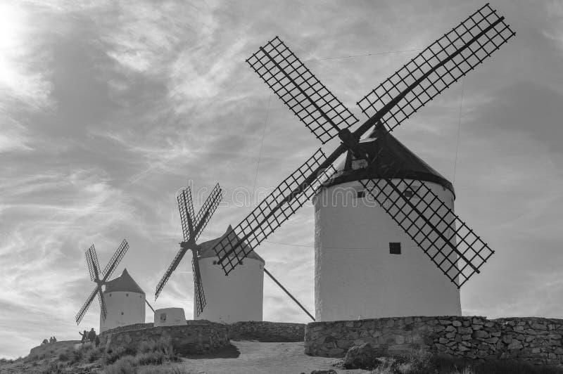 Schwarz-Weiß-Fotografie von Windmühlen aus dem 19. Jahrhundert auf der Spitze von Cerro Calderico in Consuegra Dezember lizenzfreies stockfoto